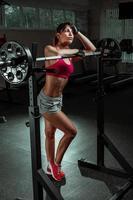 mooie sport fitness meisje met een halter foto