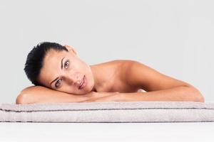 mooie vrouw liggend op massage ligstoel foto