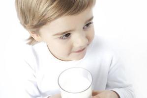 niño comiendo foto