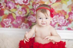 baby die een rode tutu draagt