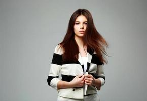 mooie vrouw in casual kleding foto