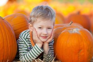 jongen bij pompoen patch foto