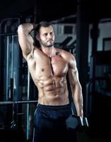 man doet biceps krullen foto