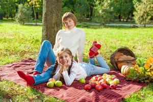 gelukkige moeder met dochtertje in herfst park foto