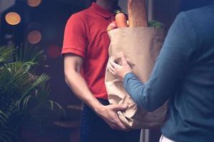 bezorger levert een tas met boodschappen foto