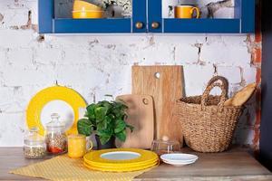 moderne keuken met kookgerei en schoon serviesgoed. foto