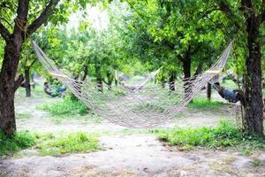 hangmatten opgesteld in een park foto