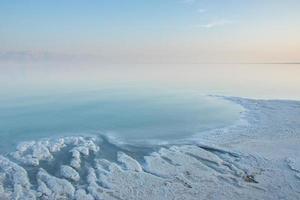 zoutkusten aan de Dode Zee foto