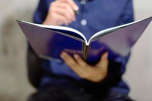 jonge professionele notebook bekijken