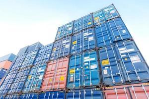 stapel containerdozen in scheepswerf foto
