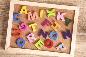 letters op kurk boord foto