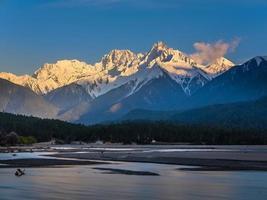 uitzicht op bergen van de Himalaya foto
