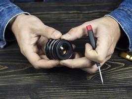 mannelijke handen met oude handmatige lens
