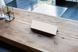 plakkaat op houten bureau foto