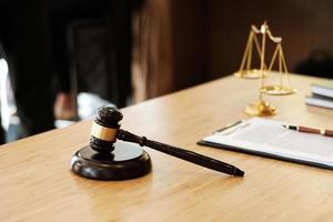 rechter hamer op een advocaat bureau foto