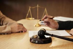 advocaat die met cliënt aan scheidingspapieren werkt foto
