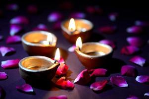 verlichte diwali kaarsen en bloemblaadjes foto