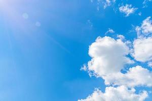 blauwe hemel met witte wolken bij zonnig weer foto