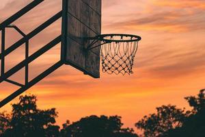 silhouet van oude outdoor basketbalring foto