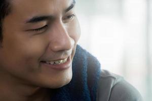 Aziatische man die lacht op de sportschool