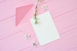 mockup papier met bladeren en roze achtergrond foto