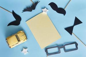 sjabloon voor wenskaart met decoratieve papieren objecten foto
