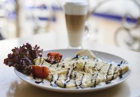 crêpe met kaas en tomaten foto