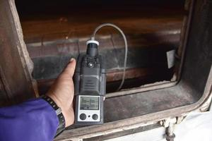 hand met behulp van een gasdetector foto