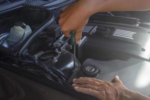 mechanische controles onder motorkap