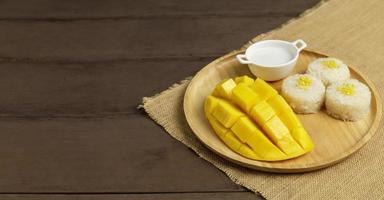 gele halve mango met rijst