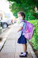 jonge Thaise student met rugzak foto