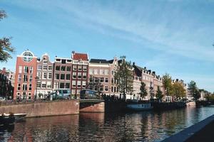 gebouwen langs de rivier in amsterdam, Nederland foto