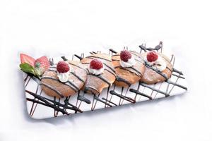 havermoutkoekjes met chocolade motregen, framboos en aardbei