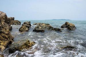 golven breken in rotsen foto
