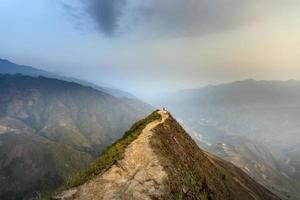 persoon op pad met uitzicht op bergen foto