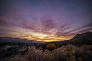 zonsondergang over de stad foto
