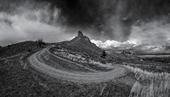 bewolkte hemel over bergen foto