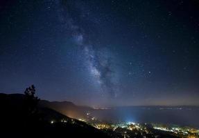 Melkweg met stadslichten foto