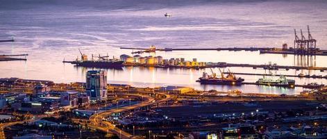 vogelvlucht van stad aan de baai foto