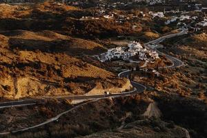 luchtfoto van winderige weg in de herfst