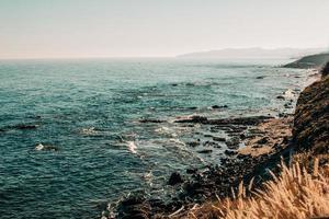 oceaangolven die op rotsen breken