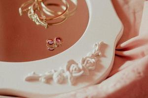 gouden accessoires op een spiegel
