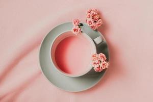 plat lag roze drankje op roze achtergrond foto
