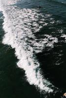 antenne van persoon die zich tussen golven bevindt foto