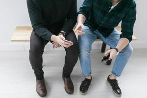jonge mannen hebben een gesprek foto