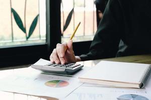 close-up van professionele rekenmachine gebruiken