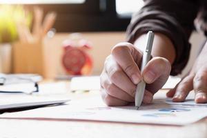 close-up van hand schrijven op document foto