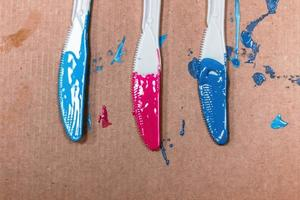 acrylverf aangebracht op drie plastic messen foto