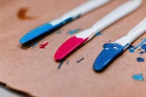 blauwe en rode acrylverf foto