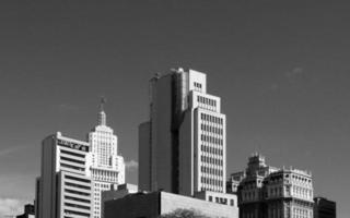 grijswaardenfoto van stadsgebouwen foto
